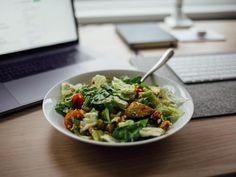 <strong>Wiele osób myśli, że sałatka Cezar pochodzi z Włoch i została nazwana w ten sposób na cześć Juliusza Cezara. Muszę was rozczarować - znany rzymski władca nie miał nic wspólnego ze słynną sałatką, która powstała w… Meksyku. Sos do sałatki Cezar to najważniejszy element tej pysznej przekąski. </strong> Weight Loss Tea, Summer Salad Recipes, Summer Salads, Husband Lunch, Warm Spinach Salads, Snacks Sains, Healthy Groceries, Nutrition, Plant Based Diet
