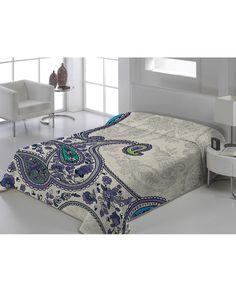 Manta de terciopelo con bonito estampado floral. Calidez y comodidad en la cama con esta elegante manta que puede usarse sin colcha. Viste tu hogar con Revitex.