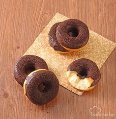 Cotton doughnut punya ciri khas bentuk yang lebih tipis dibanding doughnut pada umumnya. Rasanya pun lebih empuk menyerupai kapas, itulah kenapa dinamai cotton doughnut. Resepnya ada di sini.