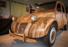 EN IMAGES. Un ébéniste fabrique une réplique de 2 CV en bois fruitier
