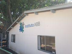 Logo pintado em parede externa Instituto ABB