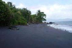 Plage de sable noir de Mayotte