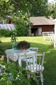 Someone has a flair for adding that touch of elegance to the farm setting. Country Farmhouse, Country Life, Country Decor, Country Living, Outdoor Dining, Outdoor Spaces, Outdoor Decor, Garden Cottage, Home And Garden