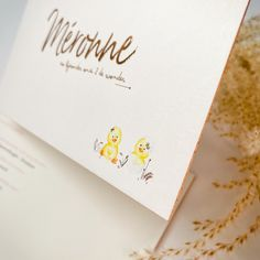 Geboortekaartje voor Méronne met rosé goudfolie en metallic rosé foil kleur op snee. Kaartje op maat. Het kaartje van Méronne werd er 1tje met een zacht blushpapiertje afgewerkt met roséfolie én metallic rose gold op snee. Mama en papa hebben een kalkoenbedrijf. Knipoog naar de kuikentjes 🐥 🐣. Home Studio, House Studio
