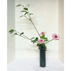 sogetsu school week 4 - nageire basic upright style. it was challenging to learn because none of the stems can touch the bottom- they are supported by a cross-bar branch fixture along the rim (komi). everytime I added a stem I held my breath! #sogetsuschool #ikebana #nageire