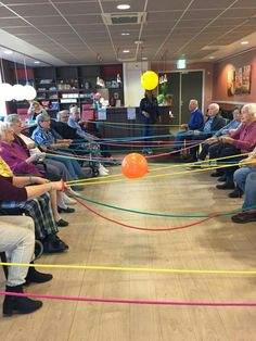This pin gave me the idea of doing this in a gym class with noodles and a ball instead of rope and balloon. This is a group activity that works on hand eye coordination, strength arms, and hand grip. Games For Elderly, Elderly Activities, Dementia Activities, Activities For Adults, Movement Activities, Therapy Activities, Physical Activities, Assisted Living Activities, Nursing Home Activities