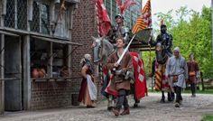 Archeon, Alphen aan den Rijn. Een dag op bezoek in de eigen geschiedenis. Bootje varen bij de jagers, broodje bakken bij de eerste boeren, vilten in de Middeleeuwen en een fibula maken bij de Romeinen. Wat een heerlijke, ietwat commerciële tijdreis.
