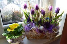 jarní aranžmá ve fialkové - jarní aranžmá s tulipány v dřevěném truhlíčku /délka 32cm, výška34cm/