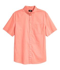 Apricot. Short-sleeved shirt in woven cotton fabric with a button-down collar. Chest pocket, yoke at back, and rounded hem. Regular fit – a classic fit with