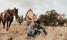 Country Engagement Photos Rodeo Star Ryder Wright And Wife Cheyenne Wow In This Photoshoot By Maddy Beins Photography - COWGIRL Magazine - If Maddy Beins Photography isn't on your radar, you're doing something wrong! Maddy recently photographed… Country Family Photos, Country Couple Pictures, Cute Country Couples, Pictures With Horses, Photo Couple, Romantic Couples, Couple Photos, Horse Engagement Photos, Country Engagement Pictures
