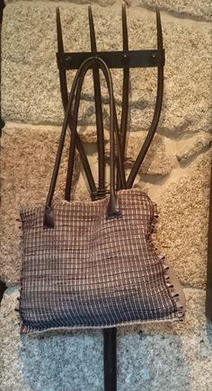 Bolso de lino y piel www.belateguiregueiro.com Wishbone Chair, Burlap, Reusable Tote Bags, Hand Knitting, Fabric Purses, Fur, Hand Made, Tejidos, Hessian Fabric