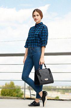 AIRES MASCULINOS. Camisa de Kling, jeans de Jacqueline de Yong, zapatos de Mimao y bolso A Collection.