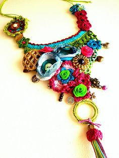 Joyas Fantasia - colorful necklace. Crochet? Macrame?
