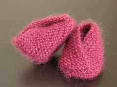 Baby slippers crossed in garter stitch, aig N ° Size: months Supplies: of Shepherdess light wool of France color Dionysos 1 pair of needles N ° Point used: Garter stitch: all stitches in place. Knitting For Kids, Baby Knitting, Crochet Baby, Knit Crochet, Tricot Baby, Knitting Patterns, Crochet Patterns, Baby Couture, Baby Slippers