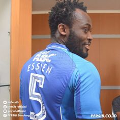 Welcome to Emmanuel Donkor's Blog    www.DonkorsBlog.Com                                        : Watch Micheal Essien try to beat up a footballer o...