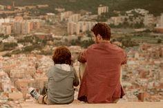 ÉLIAS Clément Badin • Drama • Francia-España • 2013 • 55 min // Élias trabaja como chapero en Barcelona. Su vecino Cristiano, de unos 10 años, vive con su abuela. Cuando ambos se conocen, Élias sentirá un deseo de cambio que le llevará a visitar a alguien que hace tiempo que no ve.