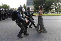 Manifestante protestando contra a morte de Alton Sterling é detida perto da sede do Departamento de Polícia de Baton Rouge, Louisiana, 9 de julho de 2016. (Jonathan Bachman / Reuters)