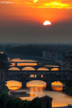 Sunset over Arno, Florence, Italy. Florence is one of my favourite cities in Italia :) Places Around The World, The Places Youll Go, Places To See, Around The Worlds, Dream Vacations, Vacation Spots, Vacation Packages, Wonderful Places, Places