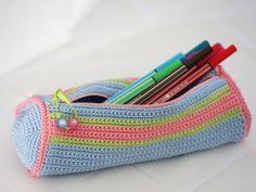 crocheted pencil case - gehäkelte Stifterolle