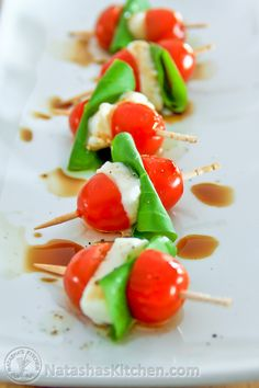 If you like caprese salad youll love this! Caprese salad is Italian.If you want to be real fancy you can call this Caprese Antipasto (Italian for appetizer). Caprese skewers are healthy easy and super tasty. I served these. Fancy Appetizers, Appetizer Recipes, Italian Appetizers Easy, Wedding Appetizers, Caprese Appetizer, Healthy Appetizers, Italian Party Decorations, Caprese Salad Skewers, Caprese Salat