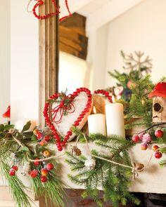 Domek w czerwonej, świątecznej aranżacji