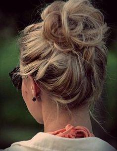 Chignon haut et flouRelevez l'intégralité de votre chevelure en hauteur et à l'aide de pinces à chignon uniquement (sans élastiques) fixez le tout. En ...