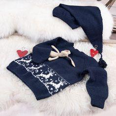 Strikk reinsdyrgenseren med nisselure til jul! Strikkepakken kommer i flere farger. Mønsteret er i naturhvitt i alle varianter og nisseluen strikkes i samme farge som genseren. Modellen på bildet er strikket i fargen marineblå. Garnpakken inneholder alt garnet og du trenger for å strikke reinsdyrgenseren og nisseluen, pluss oppskrift. Garntypen er Pure Eco Baby Wool (100% økologisk ull) fra Dale Garn. Strikkes på pinner 2,5 og 3. Trenger du strikkepinner? Bestill i tillegg her. The post Bluum st