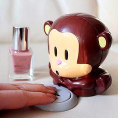 Fizz Nagellakdroger - Funky Monkey  Description: Nagellakdroger van Fizz. Apparaat wat je nagellak droog blaast in de vorm van mopshondje aapje Funky Monkey. De koele lucht uit de mond van het beestje zorgt ervoor dat nagellak sneller droogt. Leg je vingers in het plaatje en druk het in om de luchtstroom te activeren. Nooit meer zelf nagellak droogblazen wapperen met handen speciale sprays om nagellak sneller te laten drogen of je handen in ijswater dippen. Werkt op 2 AAA-batterijen die niet…