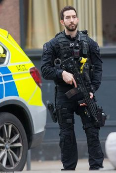 Swat Police, Police Uniforms, Special Ops, Special Forces, Sig Mcx, Tactical Suit, British Armed Forces, Law Enforcement Officer, Sig Sauer