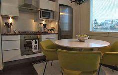 Pyöreä pöytä ja kilta-tuolit