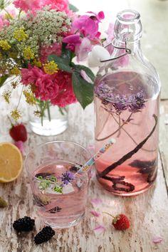 Utilizar lavanda en el catering de boda es un detalle que se está poniendo de moda, hoy en el blog te damos ideas!  http://www.unabodaoriginal.es/blog/donde-como-y-cuando/catering/catering-con-lavanda