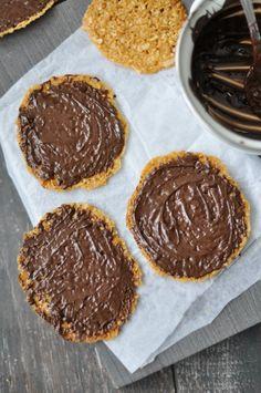Ropogós mandulás-csokis tallérok