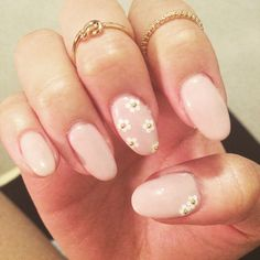 spring nails #daisy #nude