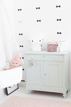 Super-sweet minimalist nursery decor for a baby girl!