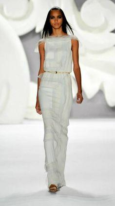 Um vestido da colecção ready-to-wear primavera 2013 de Carolina Herrera que assentaria que nem uma luva a uma noiva sofisticada.