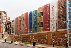 A Kansas City, dans le Missouri, la nouvelle bibliothèque municipale est en forme de livres XXL ! Présentés comme sur une étagère, les livres formant la bibliothèque n'ont pas été choisis au hasard… Un sondage avait été réalisé en amont de la construction, auprès des habitants, pour savoir selon eux quels livres représenteraient  au mieux l'image de Kansas City.
