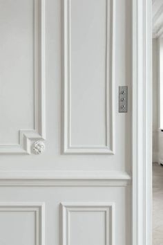 panel moulding and wainscoting of a renovated Paris apartment - Best shades of white paint - original source unknown - Quick-Start Interior Design Guide 2019 Wainscoting Height, Dining Room Wainscoting, Wainscoting Styles, Painted Wainscoting, Wainscoting Bathroom, Panel Moulding, Wall Molding, Moldings And Trim, Crown Moldings