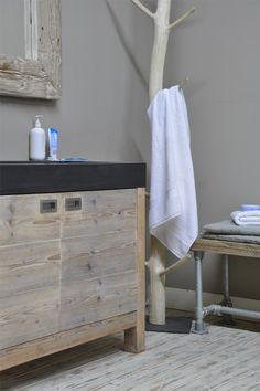 steigerhout badkamer met betonnen lavabo https://www.steigerhouttuinmeubels.nl/maatwerk/interieur/steigerhouten-badkamer/ prijs: 1.749€