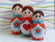 Trio de bonecas russas, Matrioskas também conhecidas como Mamuskas. <br>Confeccionadas em dois tecidos de algodão, floral e poá, com detalhes em feltro, guipir, fitas de cetim e flores de crochê. <br> <br>Ideais para decorar quartos, chá de bebê ou de fraldas, aniversários e outras festas com o tema. <br> <br>Tamanhos: <br>Boneca G - 30 cm <br>Boneca M - 25 cm <br>Boneca P - 20 cm <br> <br>*Pode ser feita em outras cores.