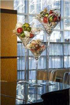 Interesting, may try next Christmas. May set on mirror with crystals, greenery, and cranberries or various Christmas bulbs. Office Christmas Party, Noel Christmas, Christmas Design, All Things Christmas, Christmas Bulbs, Christmas Martini, Christmas Glasses, Beautiful Christmas Decorations, Christmas Table Decorations