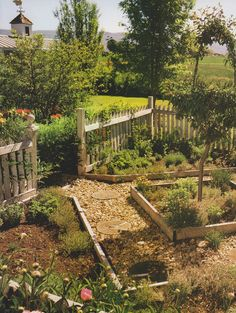Colonial style garden Colonial style garden The post Colonial style garden appeared first on Garden Ideas. Potager Garden, Veg Garden, Vegetable Garden Design, Garden Beds, Garden Landscaping, Farm Gardens, Outdoor Gardens, Colonial Garden, Design Jardin