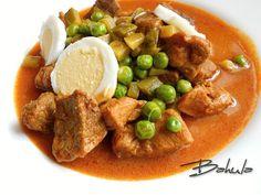 Maso nakrájíme na kostky. Cibuli nasekáme na jemno a restujeme na sádle dorůžova. Přidáme mletou papriku, necháme zpěnit, přidáme maso a krátce... Czech Recipes, Ethnic Recipes, Snack Recipes, Snacks, Thai Red Curry, Beef, Czech Food, Food Ideas, Red Peppers