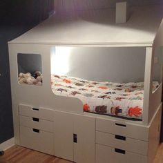 Bonjour, Voici la création que nous avons réalisé pour notre petit bonhomme. Suite à notre déménagement, son ancien lit ne rentrait plus dans sa nouvelle chambre. La pièce étant petite, nous avions peu de place pour le lit et du rangement. Nous avons donc décidé de créer les deux en un avec les désidératas de notre fils qui voulait une maison avec un toit et une cheminée ! Pour la réalisation de la base, voici les meubles utilisés : 1 x Structure IKEA STUVA Blanc + portes L 60 P 50 H 64 2 x…