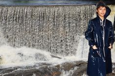 Michèlle Copyrigth : Cirologie.com/Pinterest Pvc Raincoat, Montages, Niagara Falls, Sequin Skirt, Blue, Fashion, Moda, La Mode, Fasion