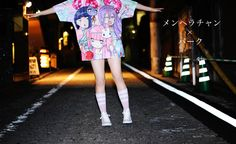 イラストレーター江崎びす子(@5623V)が手掛ける「メンヘラチャン」と、「PARK」のコラボレーションアイテム第二弾です! 江崎びす子氏による描き下ろし夏バージョンイラストをTシャツの総柄にしたデザイン。後ろ身頃も全て総柄になっています!   メンヘラチャン【公式】(@5623V2)・・・漫画「リスカ変身サブカル✡メンヘラ」がpixivにて連載中!単行本①~②は通販等で販売中。LINEスタンプもヨロシクね♡ 原宿PARKにてオリジナルグッズも取扱中!  【サイズ】 身丈77cm 身巾60cm 肩巾53cm 袖丈25cm  【素材】 ポリエステル100%  ~先行予約に関しての注意~ ※先行予約商品のため、発送は発売日の7月25日(土)になります。また、発送の量に応じて発送日が遅れる場合がございますので、ご了承ください。 ※予約は全額前金制になります。 ※決済方法がクレジットカード決済以外の場合、1週間以内に入金が無いとキャンセルになりますのでご注意ください。  ~商品に関しての注意~…