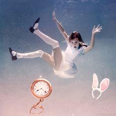ウサギ穴に落ちた様子を、水の浮遊感で表現しています。
