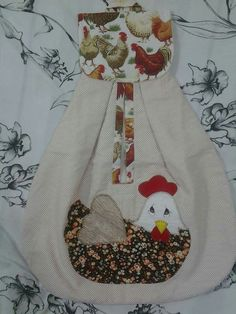 Bolsa con gallina . Sewing Hacks, Sewing Tutorials, Sewing Crafts, Sewing Projects, Sewing Patterns, Projects To Try, Chicken Quilt, Towel Apron, Clothespin Bag