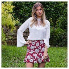 Nossa saia floral linda com nossa blusa de renda maravilhosa.   Saia floral disponível em preto e vermelho por R$119,90. Blusa de renda disponível em branco, preto e burgundy por R$129,90.  Frete grátis para todo Brasil.  Nas compras com cartão, parcelamos em até 12x.