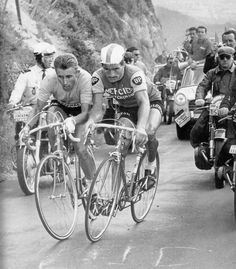 Raymond Poulidor à la lutte avec Jacques Anquetil
