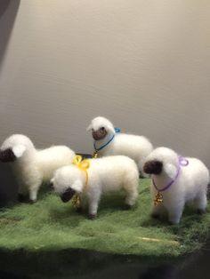 Esta ovejita hinchado puede hacer una adición a su pesebre como solo o en grupo.  Lo mismo se puede utilizar, conjuntamente con el pastor como la decoración para el móvil suspendido sobre la cuna del bebé.  La medida de ovejas son cerca de 8 cm de longitud y 7 cm altura.  Se tarda sobre 3